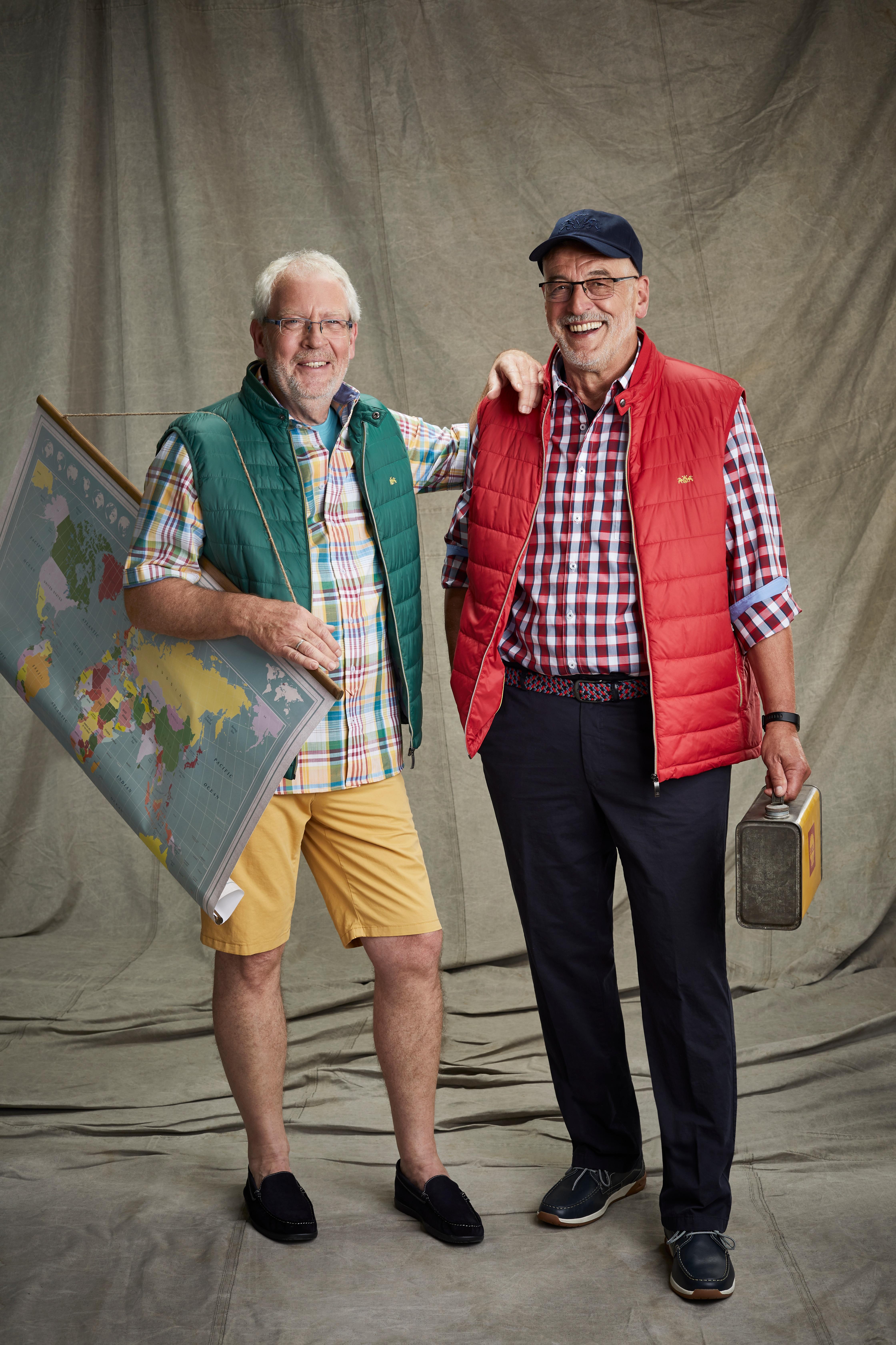 Siegfried Fernschild und Peter Heidt mit Weltkarte