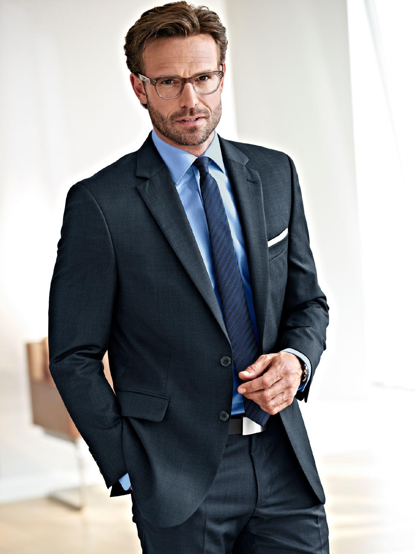 Bei formellen Anlässen liegen Sie mit einem klassischen Sakko immer richtig – sei es als Abendmode oder als Interview Outfit – es passt immer. Entdecken Sie die komplette Herren-Kollektion mit smarten Blazern, die Sie je nach Gelegenheit elegant oder leger kombinieren können.